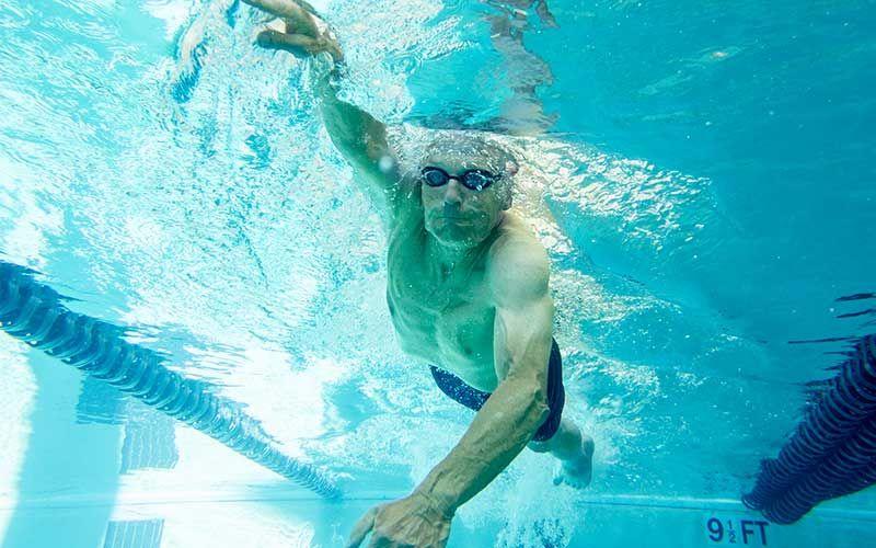 Un sénior qui pratique la nage