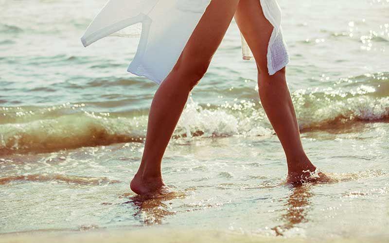 Femme qui marche dans l'eau