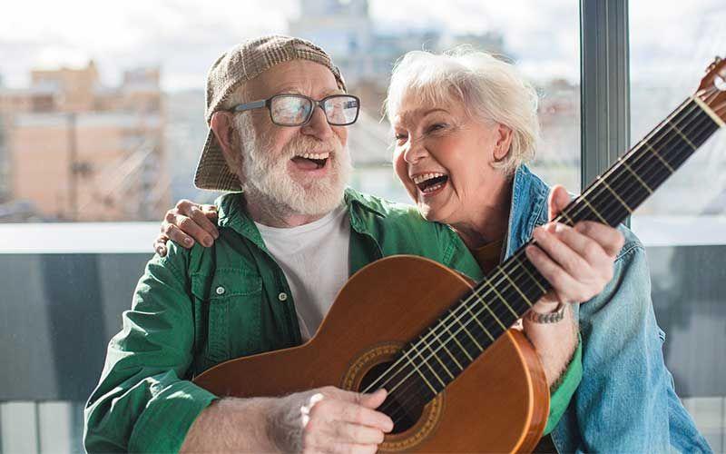 Un couple de séniors jouant de la musique