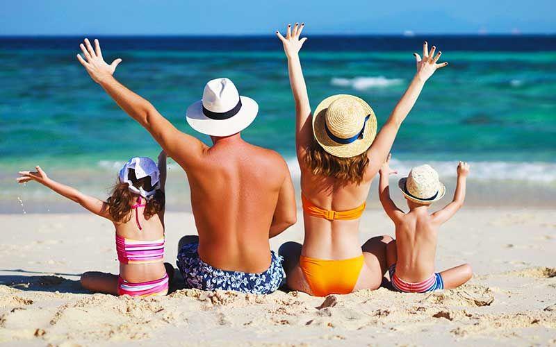 Une famille en vacances à la plage