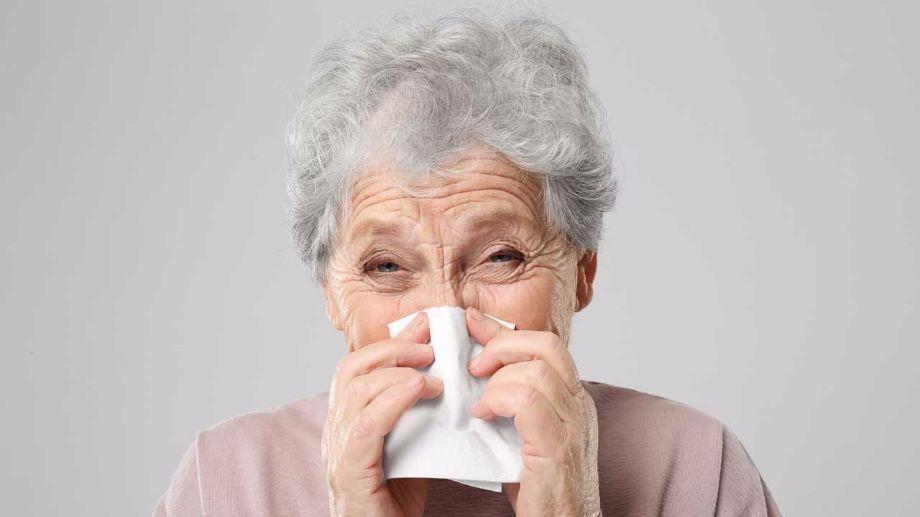 Sénior atteint de la grippe