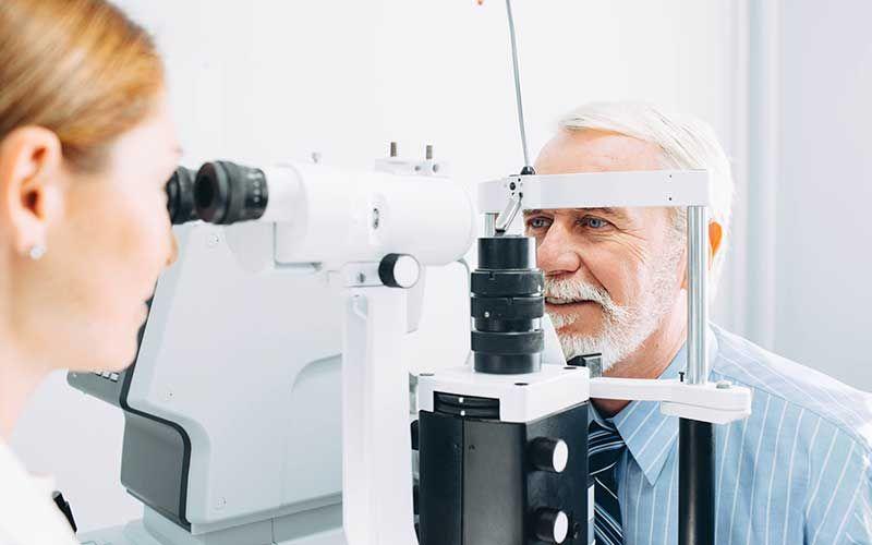 Un ophtalmologiste et son patient