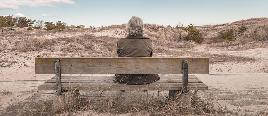 solitude : femme âgée sur un banc - alzheimer - perte de la mémoire